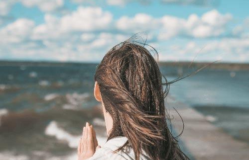 Kiitollinen meren rannalla